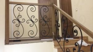 Бетонная лестница с кованными ограждениями №5